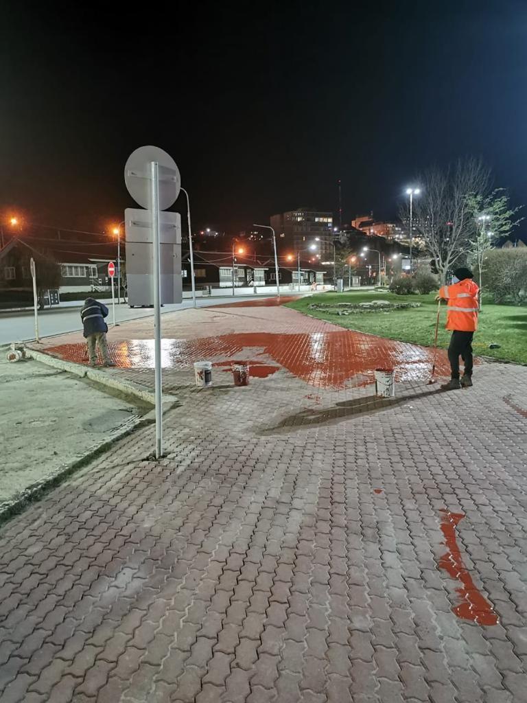 Ushuaia: La Municipalidad realizó trabajos nocturnos de embellecimiento de veredas y entornos céntricos